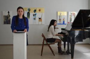 """Katharina Dück (li.) und Claudia Perez Inesta (re.) bei der musikalischen Lesung der """"Winterreise"""" in der Galerie Melnikow, Heidelberg"""